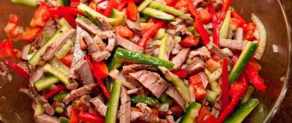 Салат с огурцом и копченым лососем